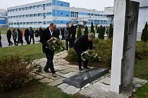 Vedení koncernu MESIT, včetně generálního ředitele Vladislava Mazúrka, společně se zástupci odborů, položili v pátek 23. listopadu v pravé poledne během krátkého pietního aktu věnce k památníku u budovy M1.