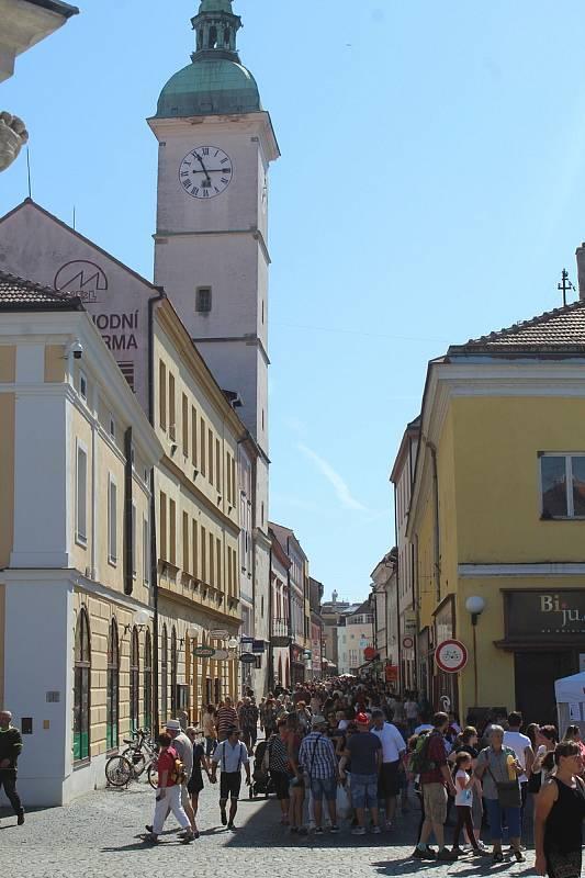 Slovácké slavnosti vína a otevřených památek v Uherském Hradišti. Prostřední ulice.