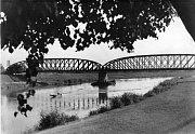 Železniční most přes řeku Moravu.