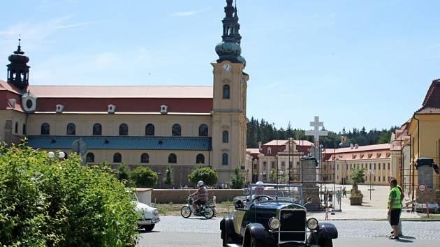 VETERÁNI. Nablýskanými historickými vozidly se v sobotu mohli kochat občané Velehradu i jeho návštěvníci.