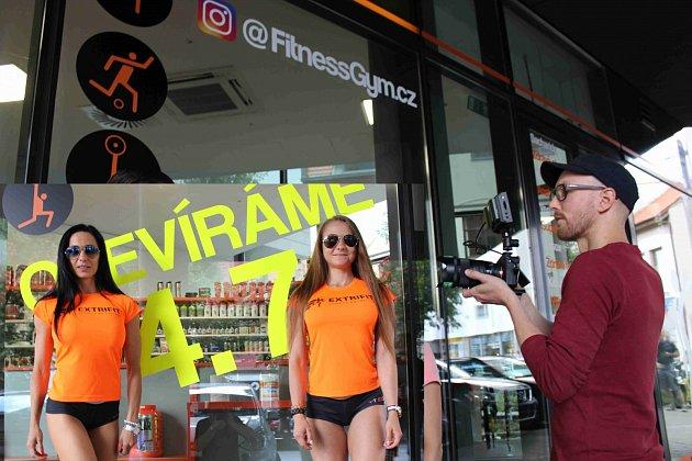 YouTuber budil v Hradišti rozruch. Kvůli točení virálu naháněl po městě s kamerou dvojici sexy hostesek.