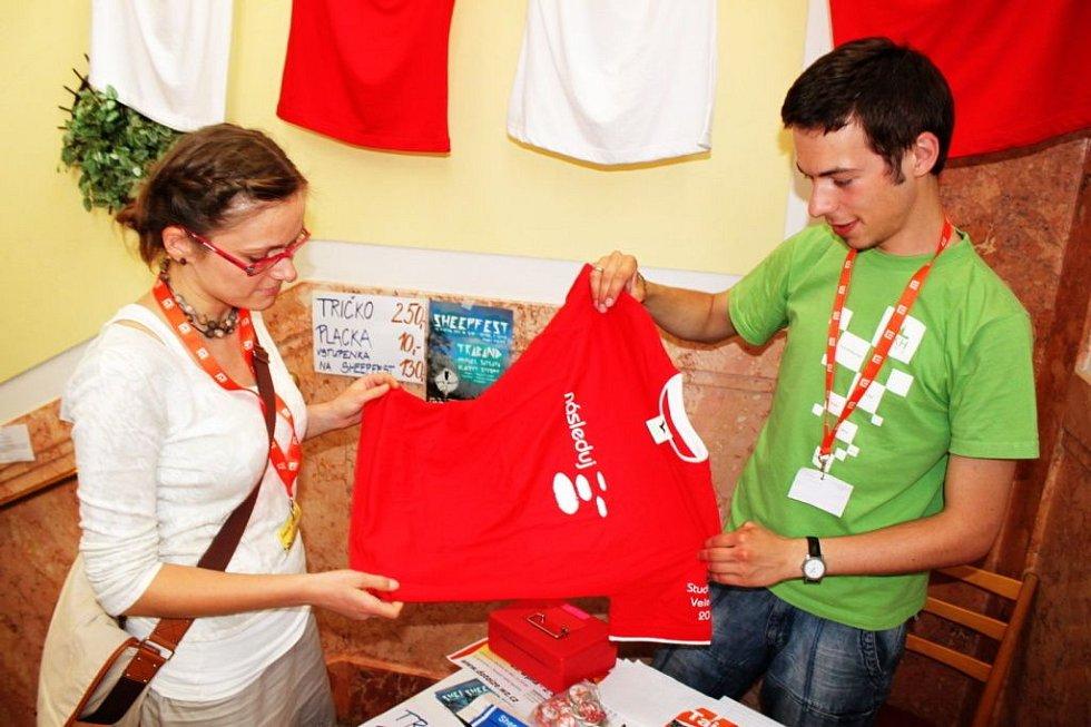 Na památku si mohou studenti odvézt tričko s emblémem setkání.
