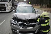 Čtveřice aut se srazila ve Chřibech hned u odbočky na Buchlov.