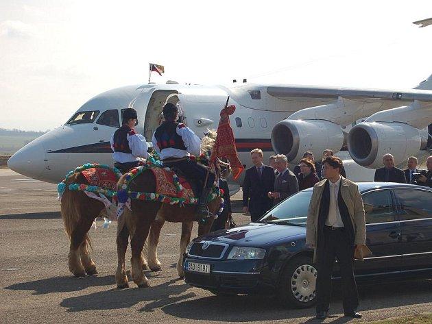 Princ Charles strávil několik minut u krojované dvojice na koních.