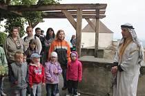 S šejkem či jinými pohádkovými postavičkami se vydaly rodiny na prohlídkou hradu.