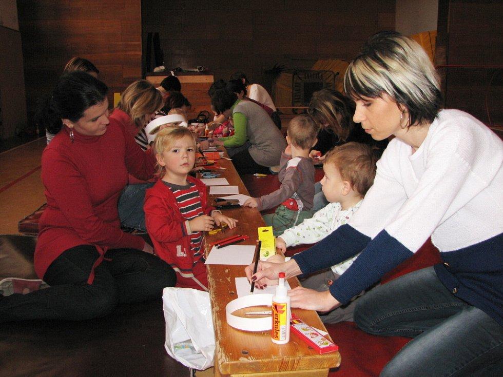 Maminky pomohou. Dvou až tříletým capartům jsou stále k ruce jejich maminky.