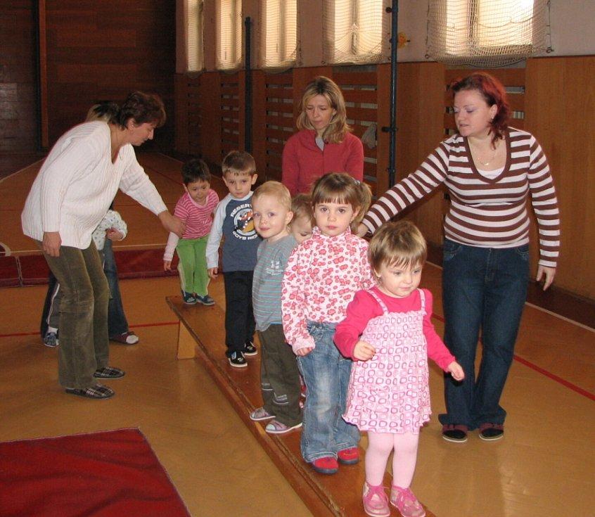 V tělocvičně. Tam je místo pro školičku dvou až tříletých dětiček a jejich maminek. Tam se cvičí, zpívá, recituje i tvoří.