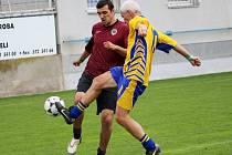 Lubomír Blaha (vlevo), který během své kariéry působil v 1. FC Synot i ve Spartě, tentokrát oblékl rudý dres. Jeho někdejší spoluhráč Libor Soldán mu nic nedaroval.