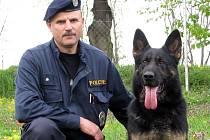 Čtyřletý policejní pes, německý ovčák Brutus, spolu s Jaroslavem Ševčíkem, šéfem skupiny služebních kynologů okresního ředitelství policie ČR v Uherském Hradišti.