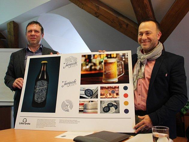Ředitel společnosti Jarošovské pivovary Miroslav Harašta a starosta Uherského Hradiště Stanislav Blaha představili nové logo budoucího jarošovského piva.