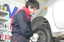 Většina řidičů čekala s přezouváním letních pneumatik až skončí zákonná povinnost pro užívání zimních vzorků.