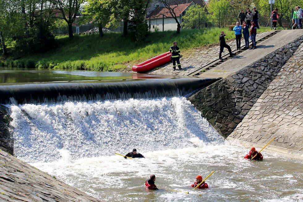 Pátrání po nezvěstném tříletém Ivanovi. Prohledávání řeky Olšavy u jezu v Podolí.