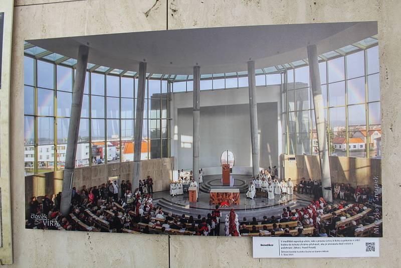 Kostel Svatého Ducha ve Starém Městě v květnu 2021. Snímek první mše s žehnáním kostela.