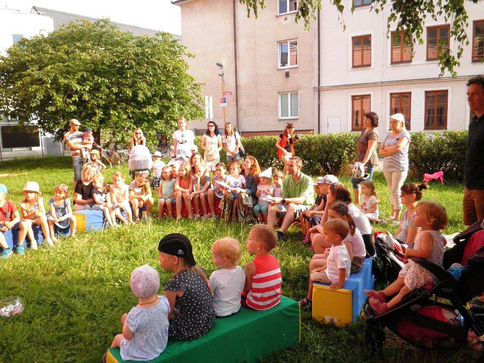 """Druhá půle měsíce června již tradičně patří """"Hradišťskému sluníčku"""" a čteným večerníčkům na paloučku u Knihovny B. B. Buchlovana v Uherském Hradišti."""