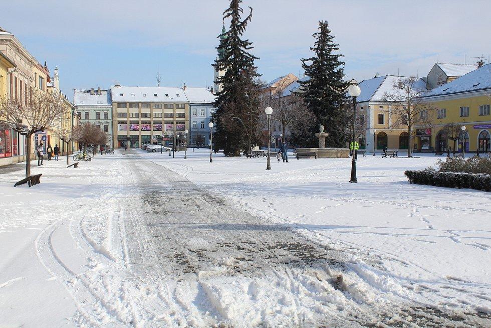 Uherské Hradiště zasněžené a pod ledem. Mariánské náměstí.