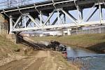 Jako pírko vynesl obří jeřáb z řeky Olšavy domíchávač plný betonu.