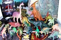 Pracovníci kina od diváků vybrali více než tři desítky dinosaurů.