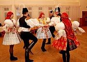 Nejen při české besedě vynikly při krojovém plese vKudlovicích pestrobarevné oděvy tanečnic a tanečníků.