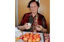 V rukách Ludmily Dvořákové se rodí symboly Velikonoc hned několika technikami.