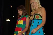 Nezvyklé tvary navrhovaných šatů i doplňků jsou zcela  běžným poznávacím prvkem těchto prací studentů uherskohradišťské SUPŠ.