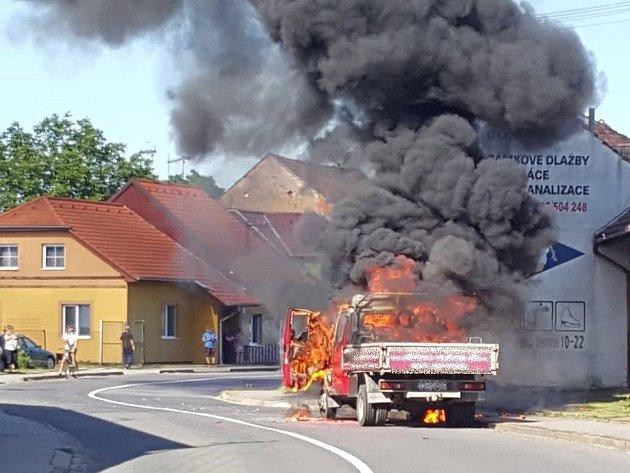 Dvě jednotky hasičů musely zasahovat u požáru automobilu v Bílovicích.