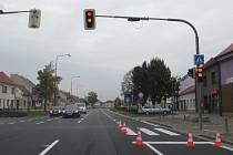 Pravý jízdní pruh v tomto úseku na hlavním tahu Starým Městem je prý nezvykle úzký.