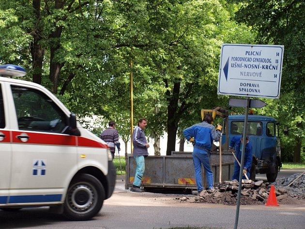 V těchto dnech se na komunikacích nemocnice objevili řemeslníci, aby opravili poškozené úseky .