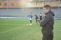 Trenére fotbalistek Slovácka Petr Bláha dohlíží na své svěřenkyně.