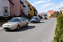 Lidé na Hliníku chtějí parkovat před svými domy, strážníci ale upozorňují, že silnice je na to příliš úzká.