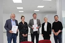 Memorandum o společném postupu při založení a provozu tzv. coworkingového centra HUB 123 v Uherském Hradišti podepsali v pondělí 25. května za tamní radnici starosta Stanislav Blaha (uprostřed) a za Zlínský kreativní klastr jeho prezident Čestmír Vančura