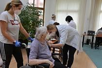 Zájem o třetí dávku. Mobilní týmy vyjíždějí očkovat seniory po celém Slovácku