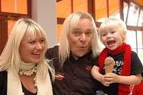 Zpěvák skupiny Uriah Heep Bernie Shaw s manželkou Radkou a dcerou Medeleine Eden