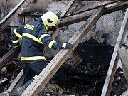 K tragickému výbuchu a požáru v garáži u rodinného domu došlo ve čtvrtek kolem 17.30 v Hluku. V sutinách zahynul pětadvacetiletý muž.