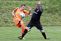 Erik Pešík (vpravo) vstřelil v Záhorovicích důležitý druhý gól Ostrožské Lhoty, která si nakonec odvezla výhru 2:1.