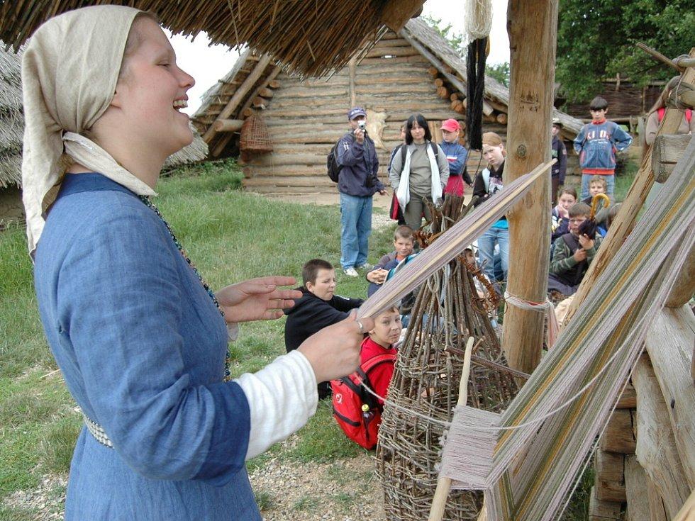 Úkázky ze života starých Slovanů připravili pro děti v arecheoskanzenu v Modré.