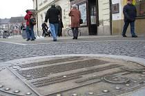 Bronzové plastiky v pěší zóně si lidé s oblibou prohlížejí. Jsou ale i takoví, kterým ozdoba připravila horké chvilky