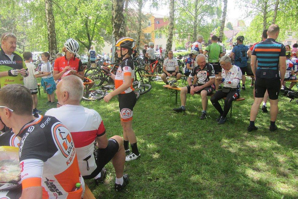 Zastávka pelotonu Na kole dětem v čele s Josefem Zimovčákem, byla také u ZŠ a ZUŠ Dolní Němčí.