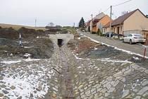 Generální úpravu podoby už čtvrtý měsíc absolvuje nepříliš rozměrná, ale o to nepřehlédnutější část Dolního Němčí, ulice Polní.