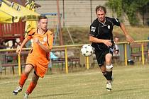 Fotbalisté Ostrožské Lhoty (ve světlém) zvládli své úvodní vystoupení v nové sezoně na jedničku. Díky dvěma trefám Ondřeje Zalubila porazili Přečkovice 2:0.