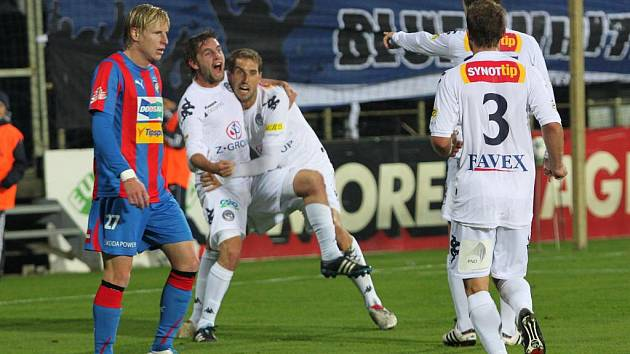1. FC Slovácko - Viktoria Plzeň:  Radost hráčů Slovácka po vyrovnávacím gólu na 1:1. Zleva Václav Ondřejka a Libor Došek.