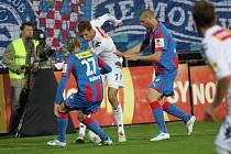 1. FC Slovácko - Viktoria Plzeň:   Libor Došek v obležení hráče PLzně – vlevo František Rajtoral a vpravo David Bystroň.