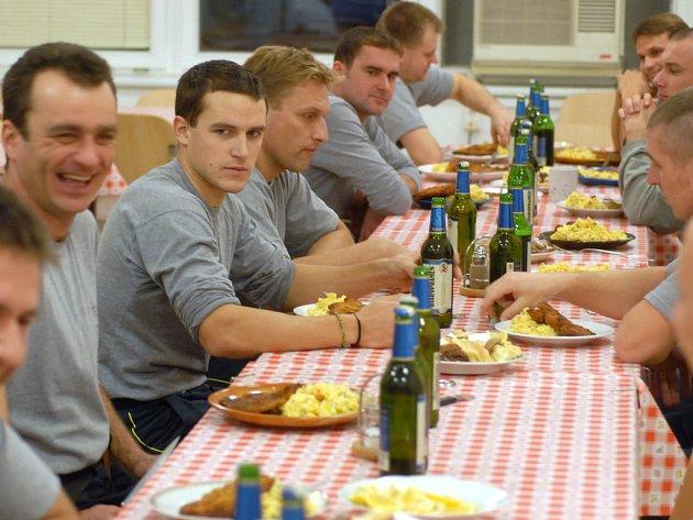 I hasiči ve službě si dopřejí štědrovečerní večeři. Ovšem pivo na stole musí být nealkoholické.