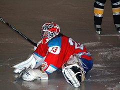 Ostrožští hokejisté většinu času obléhali branku Petra Tučka, který nakonec pětkrát kapituloval. Třikrát mířil do černého Roman Průdek, jenž si pak mohl vychutnat oslavy s fanoušky.