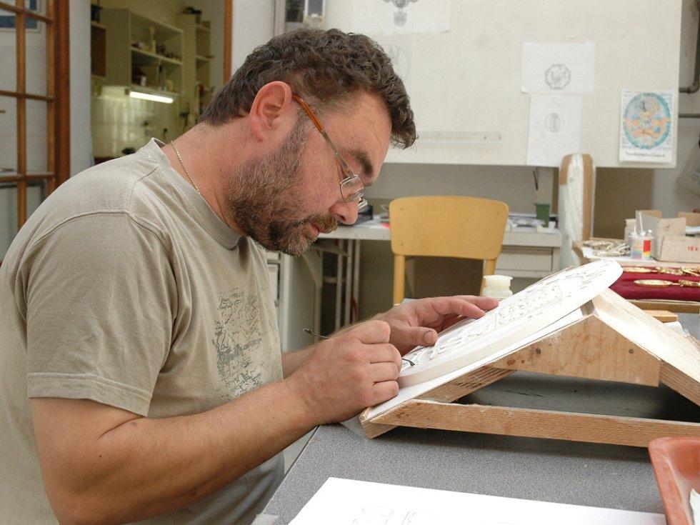 Na převzetí čekají v uherskohradišťském ateliéru Andrého Víchy k převzetí právě dokončené insignie pro olomouckého hejtmana.