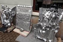 Vyměřování uchycení pamětní desky manželům Vaculkovým v Havlíčkově ulici v Uherském Hradišti.