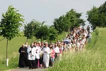 Každé z dvaceti kamenných zastavení růžence arcibiskup Graubner pokropil svěcenou vodou.