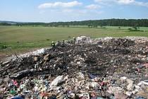 Požár skládky komunálního odpadu u Uherského Brodu.
