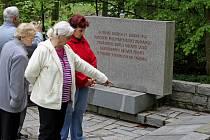 Božena Zůbková u památníku padlých a u společného hrobu salašských hrdinů na místním hřbitově.
