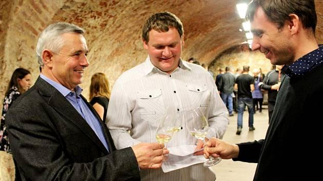 DEN VÍNA. V Jezuitském sklepě Staré Město ochutnávali milovníci vína 86 vzorků od místních vinařů a deset vzorků ze svatobořického Vinařství Dufek.
