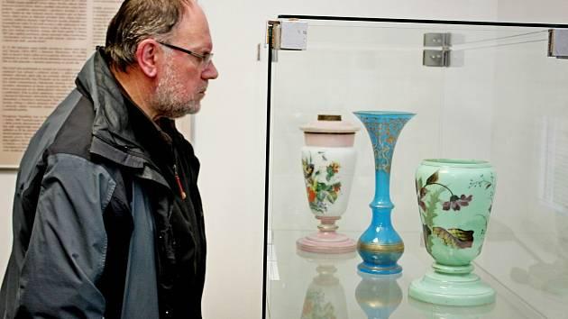 Ve stupavském kulturním domě byla o víkendu zpřístupněna expozice o sklárnách a sklářích vChřibech.
